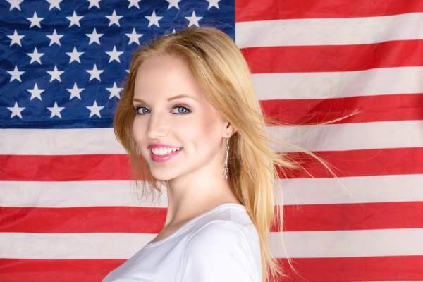 Mujer con bandera de Estados Unidos