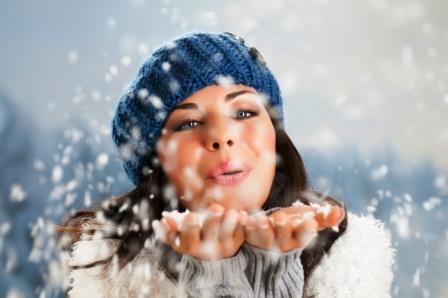 mujer feliz con nieve
