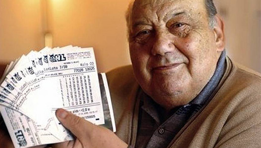 Hombre con boleto de lotería