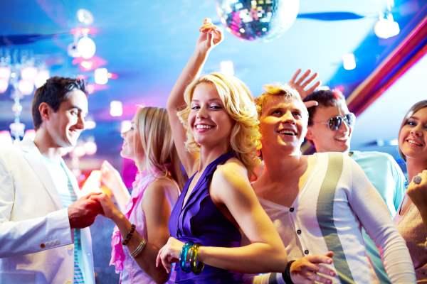 ganadora de lotería en una fiesta