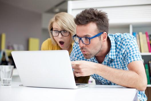 pareja frente al computador